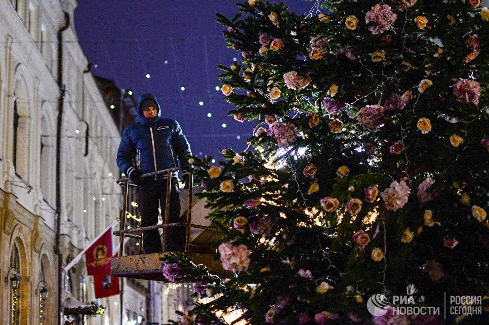 Украшение елки в Камергерском переулке в Москве