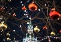 Праздничная иллюминация и Спасская башня Московского Кремля на Красной площади