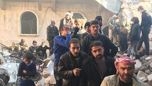 Жители восточного Алеппо в очереди за гуманитарной помощью. Архивное фото