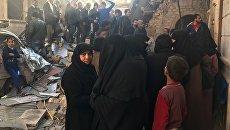 Мирные граждане в очереди за гуманитарной помощью в восточном Алеппо. Архивное фото