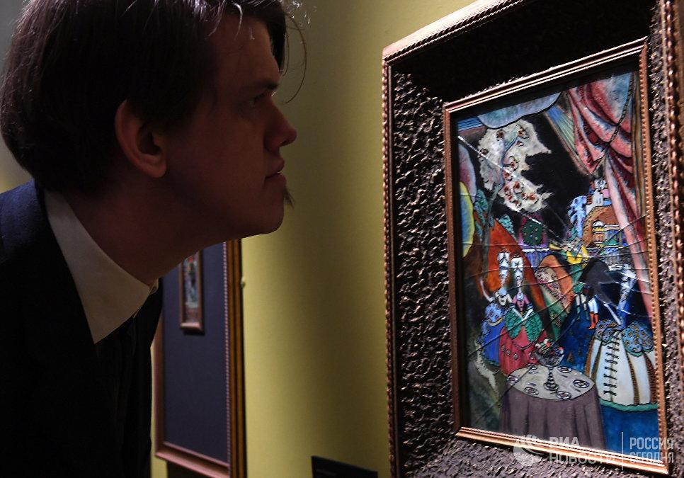 Посетитель на выставке Багатели Василия Кандинского