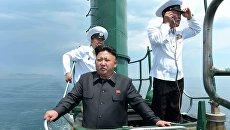 Северокорейский лидер Ким Чен Ын на рубке подводной лодки во время инспекции вооруженных сил КНДР