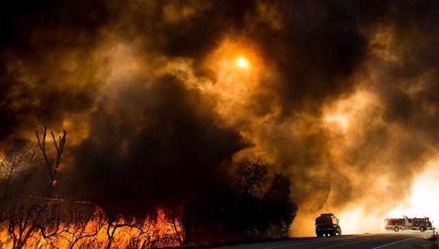Пожары возле Лос-Анджелеса уничтожили боле 400 домов