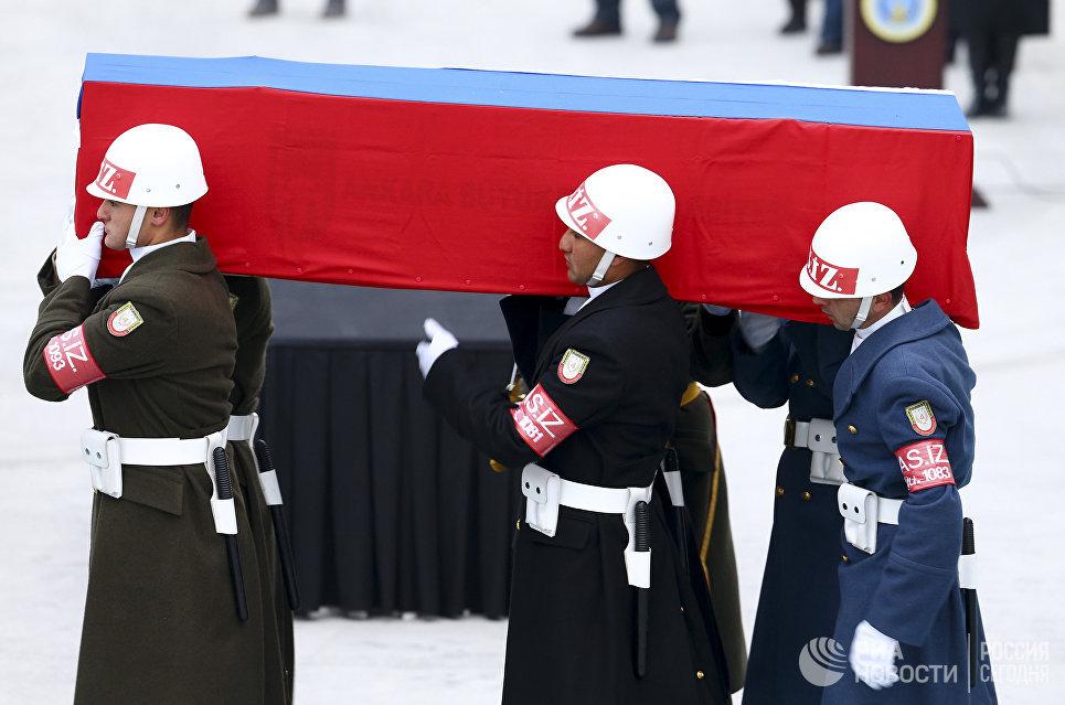Прощание с российским послом Андреем Карловым в аэропорту Анкары