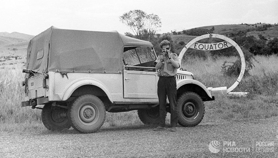 Советский автомобиль ГАЗ-69 на линии экватора в Уганде
