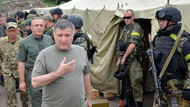 Министр МВД Украины Арсен Аваков в лагере ВСУ