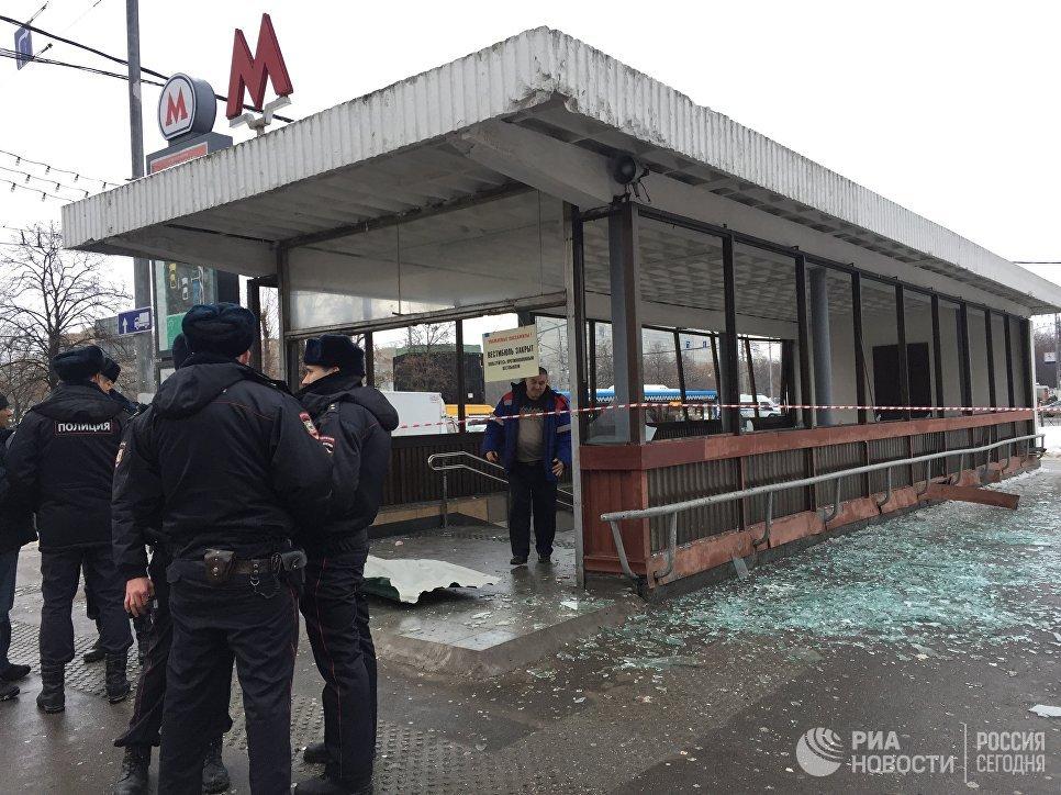 Полицейские у метро Коломенское, где раздался хлопок. 22 декабря 2016