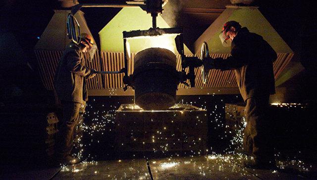 Рабочие в литейном цехе Курганского машиностроительного завода в Кургане. Архивное фото