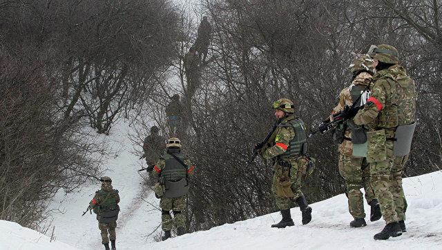 Бойцы батальона Донбасс на патрулировании в Луганской области. Архивное фото