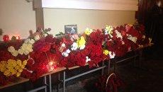 Цветы у здания ансамбля имени Александрова. Архивное фото
