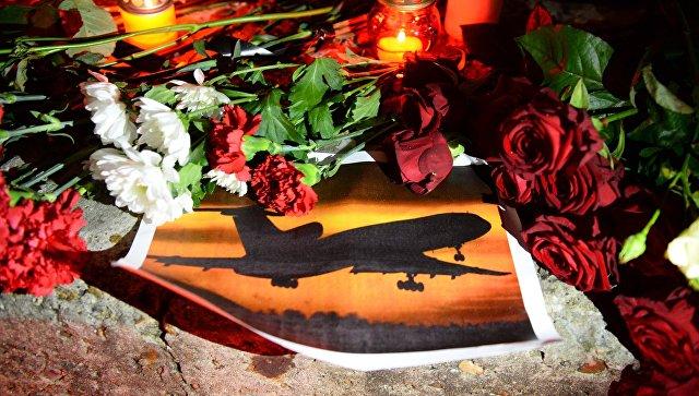 Цветы в память жертв крушения самолета Минобороны РФ Ту-154. Архивное фото