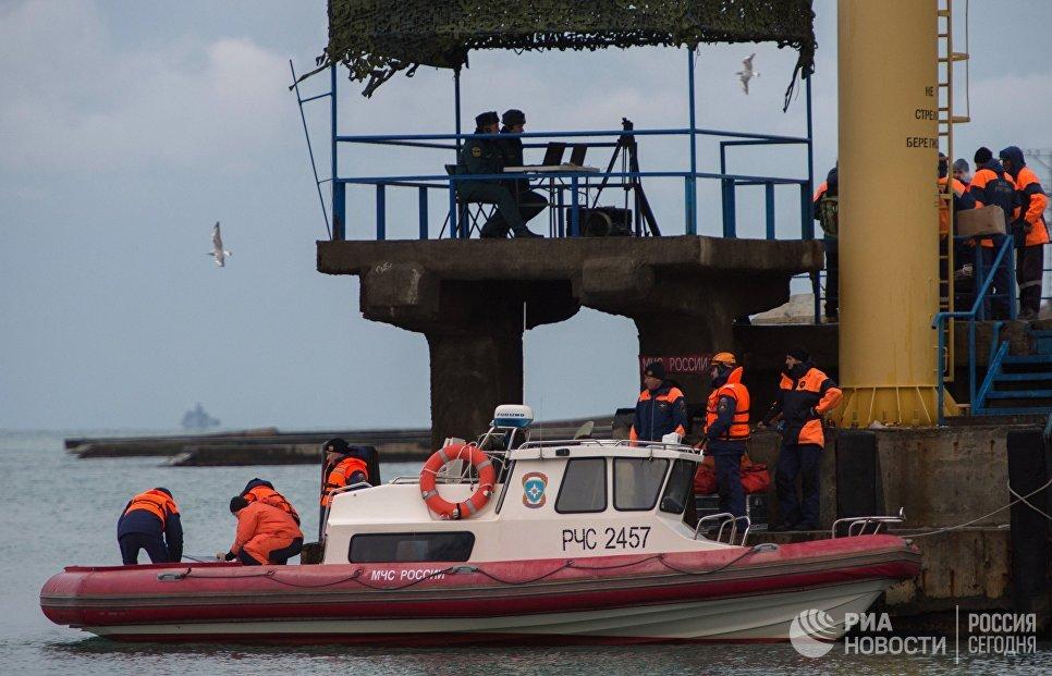 Русские cотрудники экстренных служб отыскали надне Черного моря обломки Ту-154