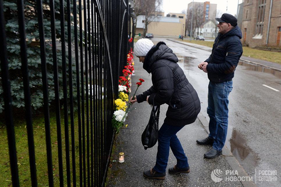 Люди несут цветы к Генеральному консульству РФ в Эстонии в память о жертвах крушения ТУ-154 в Сочи