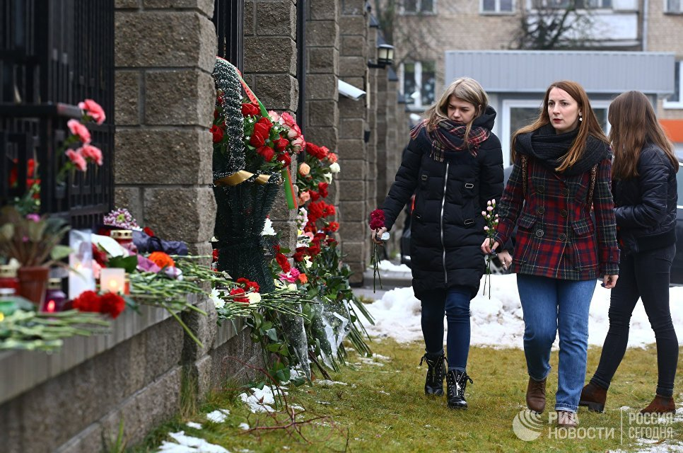 Горожане возлагают цветы в память о погибших в авиакатастрофе Ту-154 в Сочи у посольства России в Минске