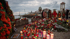 Цветы и свечи на площади Южного мола морского порта в память о жертвах крушения ТУ-154. Архивное фото