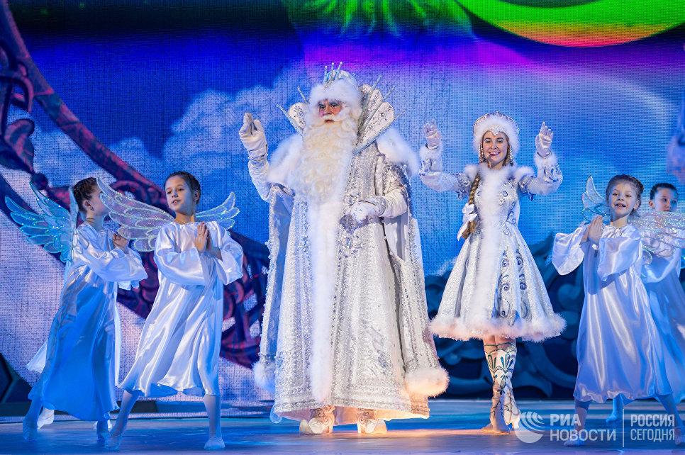 Дед Мороз и Снегурочка во время новогоднего представления в Государственном Кремлевском дворце в Москве