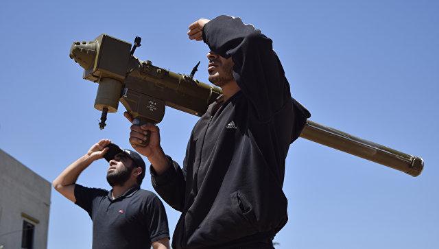 Сирийские боевики с ПЗРК на окраине Хомса. Архивное фото