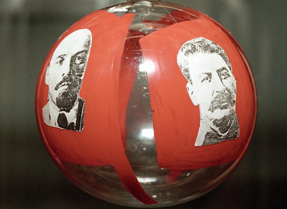 Единственный экземпляр новогоднего шара 1937 года с изображением Владимира Ленина и Иосифа Сталина на Выставке новогодней игрушки Мерцание истории в елочном шарике.