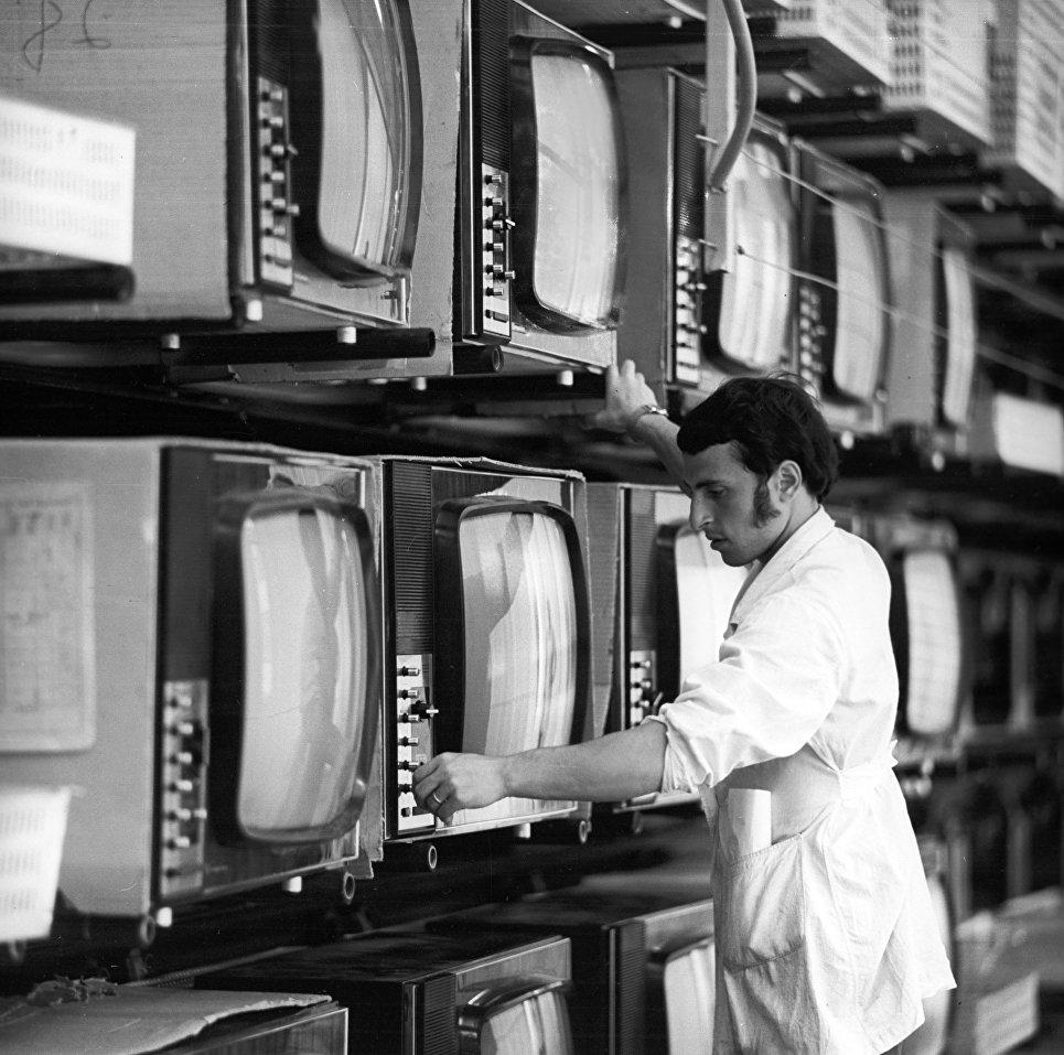 Цветные телевизоры Электрон-703 на тренировочном конвейере объединения Электрон.