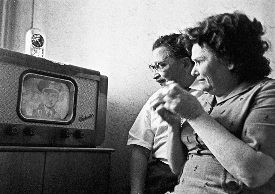 Родители летчика-космонавта СССР Валерия Федоровича Быковского (1934 г. р.), Федор Федорович и Клавдия Ивановна, смотрят репортаж о полете своего сына, командира корабля Восток-5 (с 14 по 19 июня 1963 года).