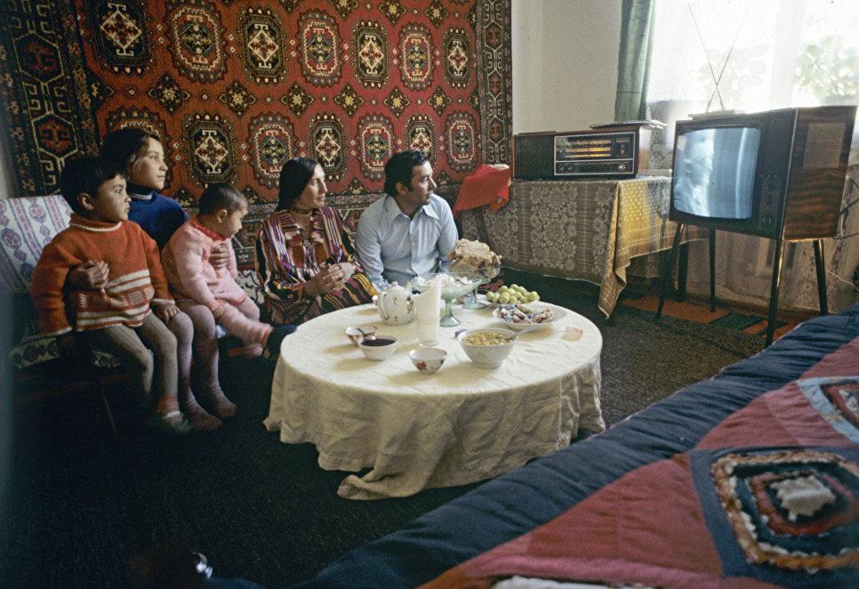 Школьный учитель Акдодхон Мурадалиев с семьей. Таджикская ССР. Горно-Бадахшанская автономная область. Районый центр Ишкашим.