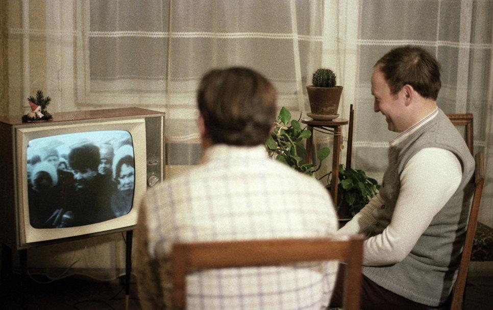 Командир космического корабля Союз-28 летчик-космонавт Алексей Губарев (слева) и чешский космонавт-исследователь Владимир Ремек (справа) смотрят телевизионный репортаж о встрече экипажа космического корабля Союз-27 в Звездном городке.