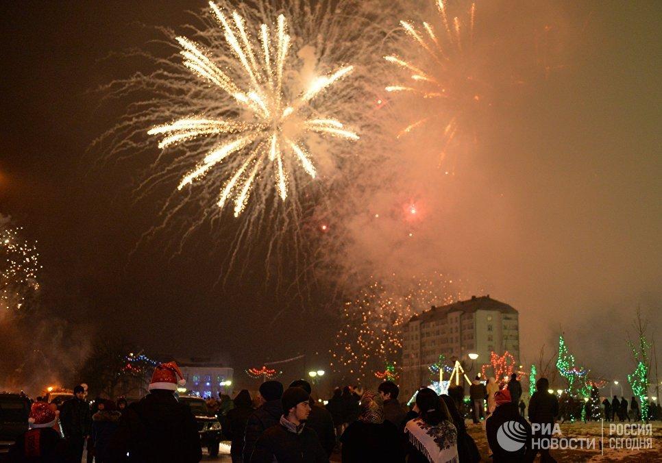 Горожане во время новогоднего фейерверка в Грозном
