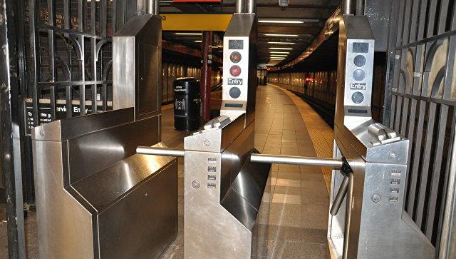 В Нью-Йорке в метро два вагона поезда сошли с рельсов