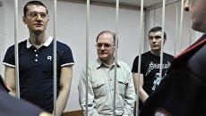 Обвиняемые по делу о беспорядках на Болотной площади Ярослав Белоусов, Сергей Кривов и Артем Савелов (слева направо). Архивное фото