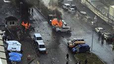 Горящие машины в момент взрыва в турецком городе Измир