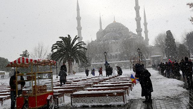 ВСтамбуле научастников похорон обвалился заснеженный навес мечети