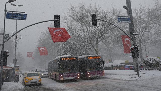 Турцию парализовали сильные снегопады, вСтамбуле кое-где выпало до110см снега