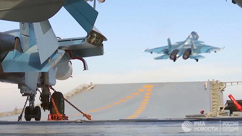 Корабельный истребитель Су-33 ВКС РФ во время взлета с палубы тяжёлого авианесущего крейсера Адмирал Кузнецов
