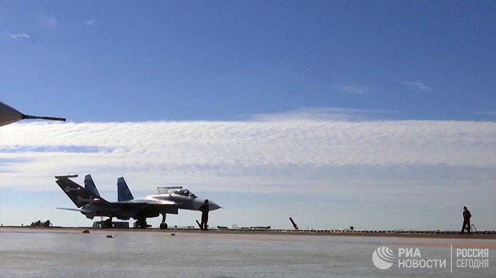 Корабельный истребитель Су-33 ВКС РФ перед взлетом с палубы тяжёлого авианесущего крейсера Адмирал Кузнецов