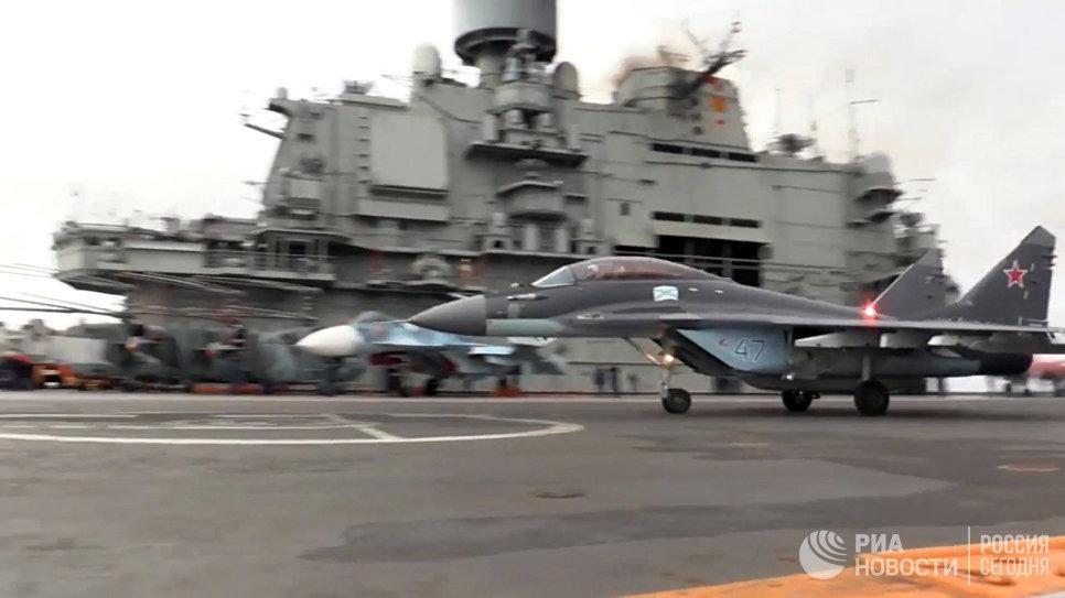 Многоцелевой истребитель МиГ-29 ВКС РФ (на первом плане) перед взлетом с палубы тяжёлого авианесущего крейсера Адмирал Кузнецов