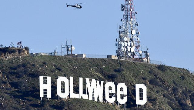 Измененная надпись Голливуд в Лос-Анджелесе. 1 января 2017