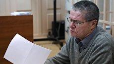 Бывший министр экономического развития РФ Алексей Улюкаев, обвиняемый в получении взятки в 2 миллиона долларов, в здании Басманного суда города Москвы, где рассматривается ходатайство следствия о продлении ему домашнего ареста. Архивное фото