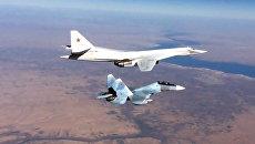 Истребитель Су-30СМ и бомбардировщик-ракетоносец Ту-160 ВКС РФ. Архивное фото