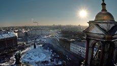 Вид с колоннады Исаакиевского собора на Мариинский дворец в Санкт-Петербурге. Архивное фото