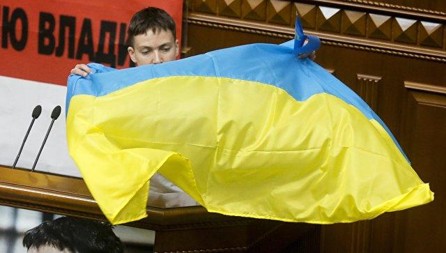 Надежда Савченко с флагом Украины. Архивное фото