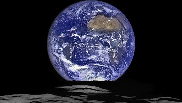 Снимок планеты Земля с орбиты Луны. Архивное фото