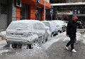 Обледеневшие автомобили на улице в Салониках