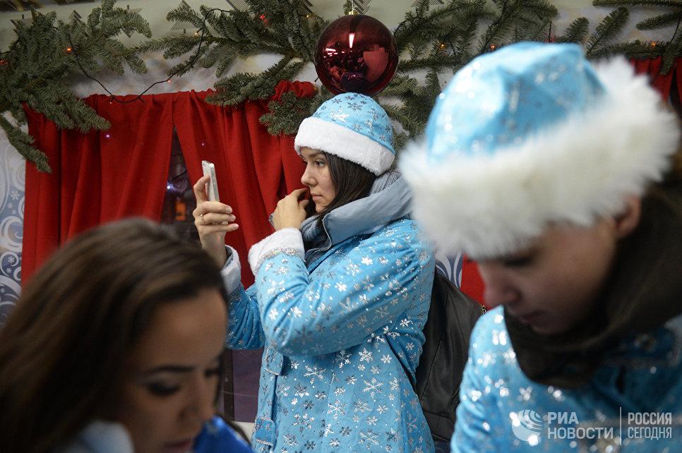 Участницы перед началом парада Снегурочек в Москве