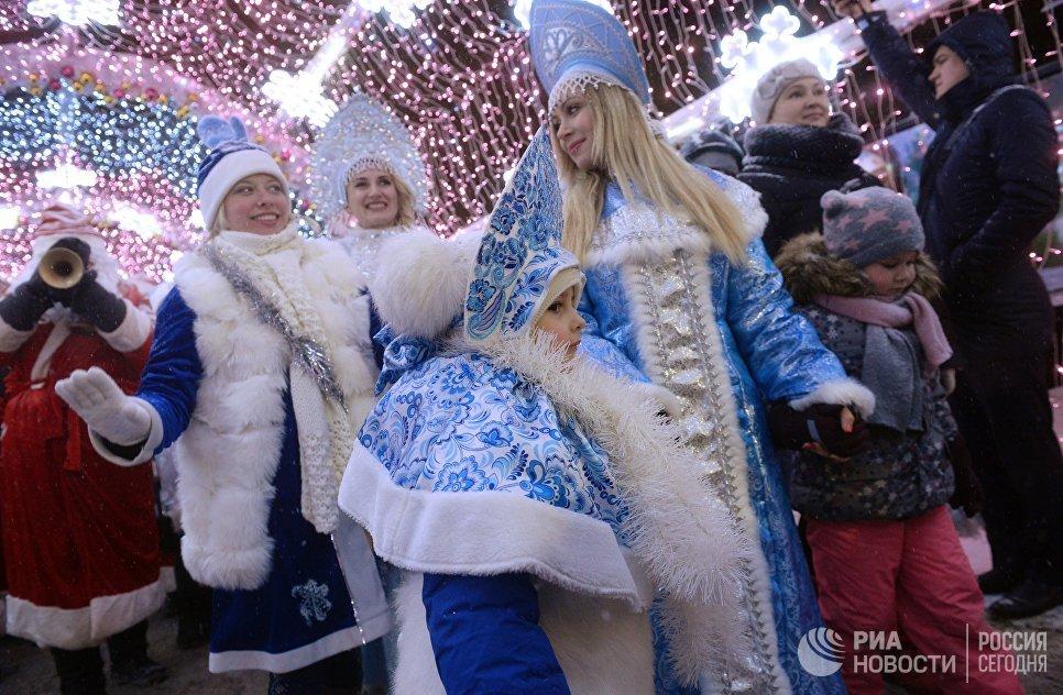 Участники торжественного шествия во время парада Снегурочек в Москве