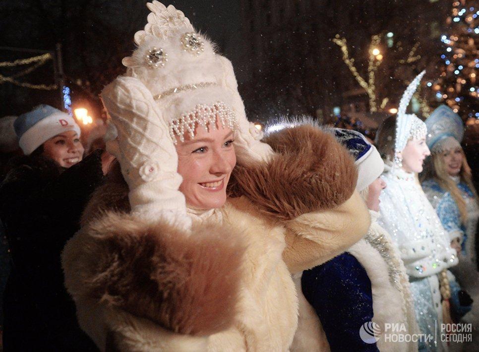 Участница торжественного шествия во время парада Снегурочек в Москве