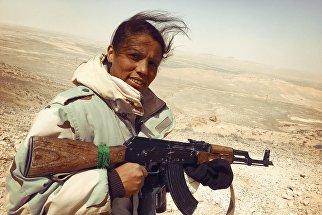 Женщина - доброволец штурмовой группы отряда ополчения Соколы пустыни продвигается по стратегическим высотам к Пальмире. Сирия,  24.03.2016
