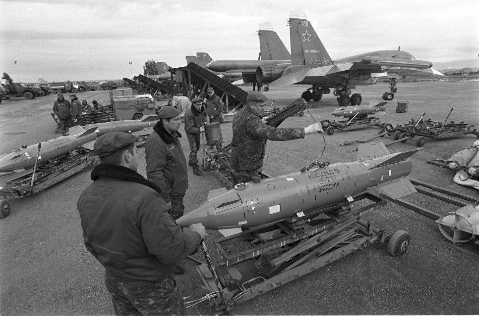 Технический персонал работает с высокоточным оружием на авиабазе Хмеймим. Авиабомба имеет отклонение от цели 2-5 метров, что позволяет наносить точные удары по боевикам, избегая поражения мирного населения. Сирия, 04.01.2016