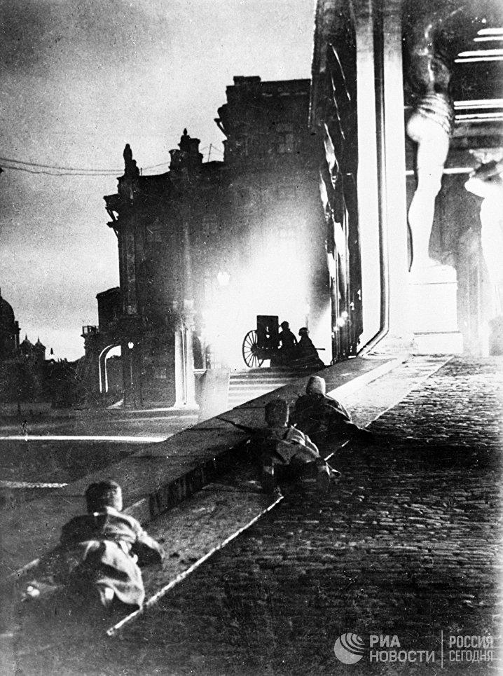 Бой у Зимнего дворца. Петроград, 1917 год