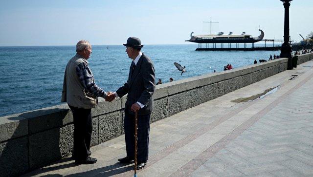Пожилые люди на набережной в Ялте. Архивное фото