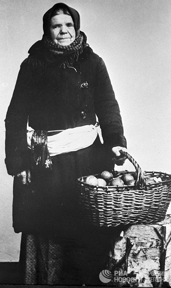 Московская торговка яблоками. Москва, 1913 год